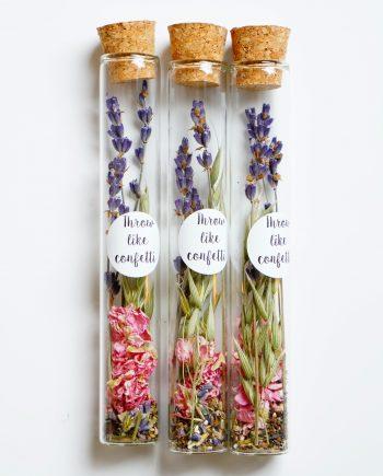 droogbloemen en bloemzaad in een fles