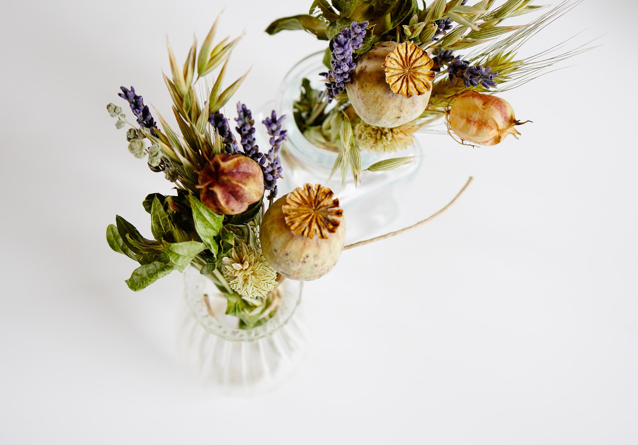 houten houder met droogbloemen