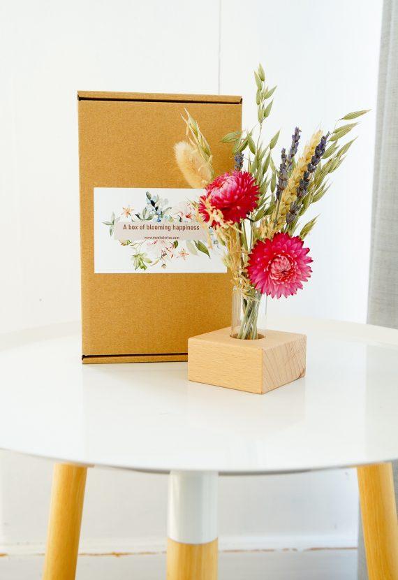 droogbloemen in een houten standaard